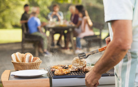 Mezi nejčastější prohřešky patří nesprávně ugrilované maso. Riziková jsou především nepropečená místa u kostí.