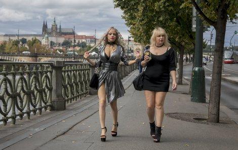 Se svojí maminkou na procházce po Praze.