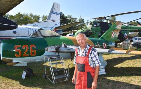 Karel Tarantík (69) u složeného letadla MiG-17.