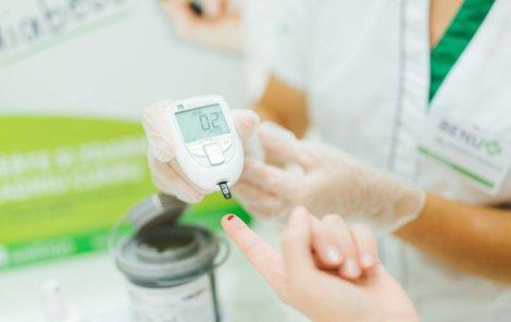 Glukometr zjistí hladinu cukru z malé kapky krve.