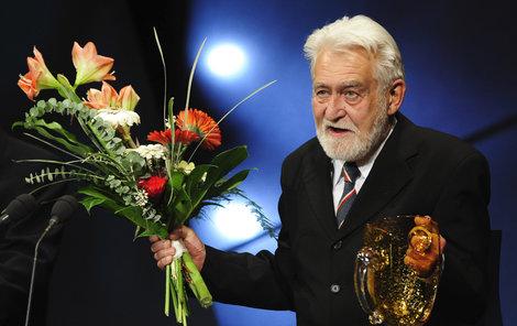 Držitel ceny Thálie za celoživotní činoherní mistrovství se nedočká posledního rozloučení v divadle.