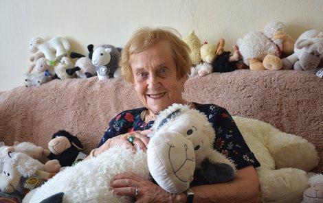 Paní Doris s částí sbírky oveček