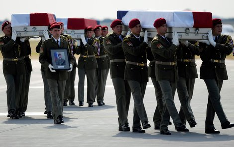 Vojenský speciál s ostatky tří českých vojáků, kteří zahynuli v neděli při sebevražedném útoku v Afghánistánu, přiletěl 8. srpna 2018 na pražské Letiště Václava Havla