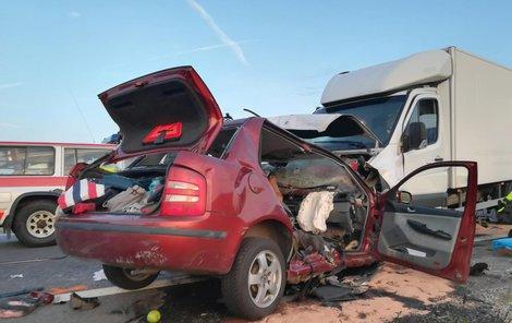 Zatím z neznámých důvodů najel řidič dodávky Mercedes Sprinter do projíždějící Škody Fabie.