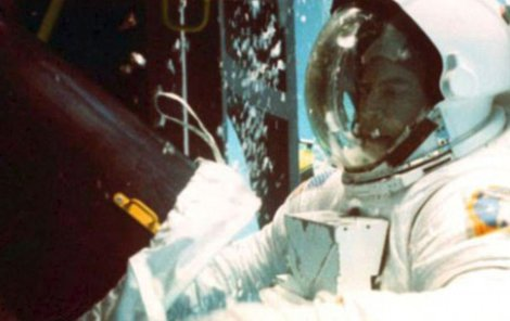 Homer Hickman na simulátoru v Marshallově vesmírném centru.