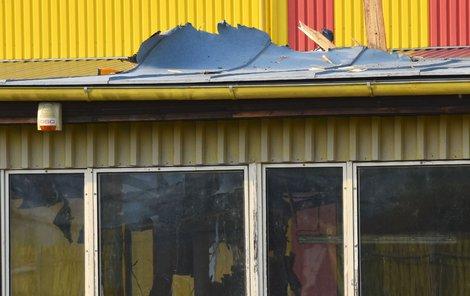 Vrtulník se zřítil na střechu haly... ...kterou propadl dovnitř.
