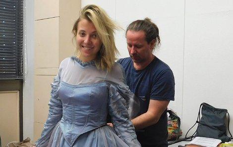 Do modré se jako nevlastní Popelčina sestra Dora převlékne Anička Slováčková.