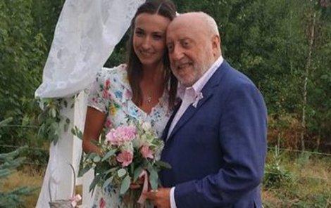 Lucie se pochlubila, že chytila tři svatební kytice.