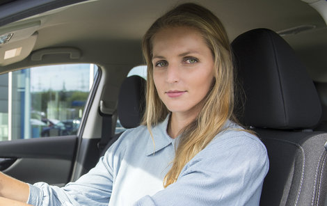 Kristýna sice řidičák má, ale za volant si moc netroufá...