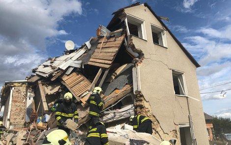 Hasiči včera pokračovali v odklízení sutin domu v Mostkovicích, který v sobotu zcela zničila mohutná exploze.