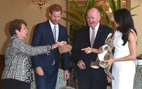 Harry a Meghan s dárky od guvernéra Austrálie Petera Cosgrovea