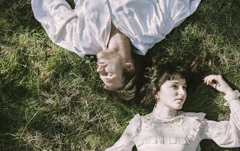 Písničkářka a zakladatelka dívčí kapely Vesna Patricie Fuxová a zpěvák Vojta Dyk spolu natočili duet k písni Láska z Kateřinic, který vypráví neuvěřitelný příběh jejího prapradědečka.