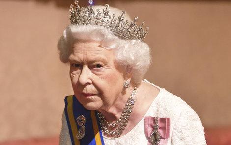 Královna truchlí po smrti Whisperera.