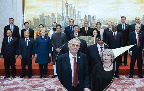 Prezident Miloš Zeman na podnikatelské fóru v Číně na společné fotografii s manželkou Ivanou a nezapnutým sakem (6. 11. 2018)