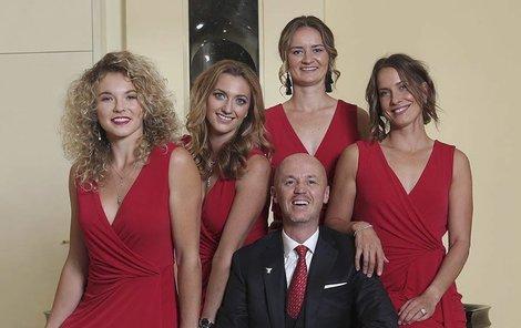 Petr Pála se svými hvězdami na »trůnu« vyfotil, o víkendu se na něj bude chtít vrátit ve Fed Cupu.
