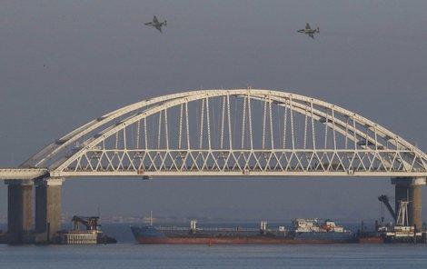 Most nad Kerčským průlivem, který podle agentury AP zablokovaly ruské lodě