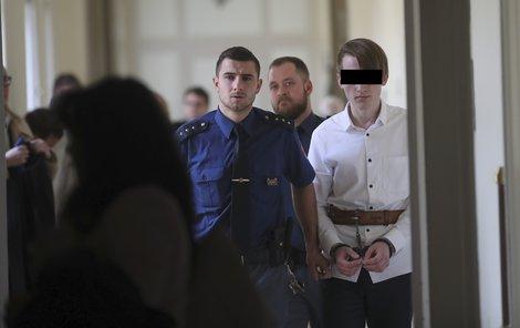 Mladíka přivedli k soudu v poutech.