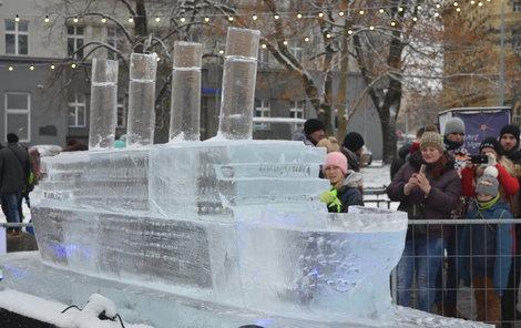 Ledová plastika Titanicu budí na Moravském náměstí v Brně pozornost.