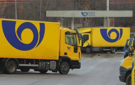 Poštovní auta rozváží po republice den co den stovky tisíc balíků.