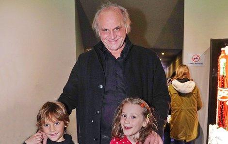 Michael Kocáb se synem Davidem a vnučku Miou v kině.