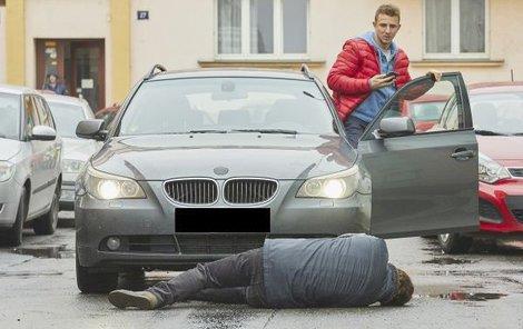 Z autonehody, při které Štáfek srazí chodce, bude běhat mráz po zádech.
