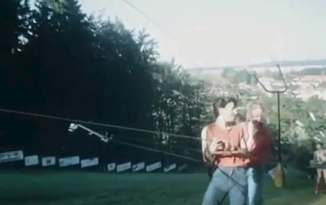 Kominický učeň Jirka Horáček vzal blonďatou krasavici Evu na letní lyžovačku, která se natáčela v Písku.