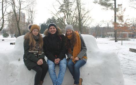 Posezení neodolali student Marek (23) s kámoškami Míšou (vlevo) a Hankou.
