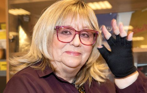 Naďa Urbánková se speciálními rukavicemi kvůli otokům.