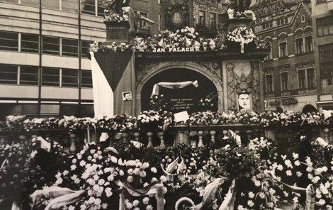 Improvizovaný katafalk k poctě Jana Palacha na náměstí Svobody v Brně.