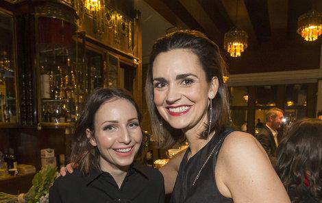 Daniela a Veronika jsou dobré kamarádky.