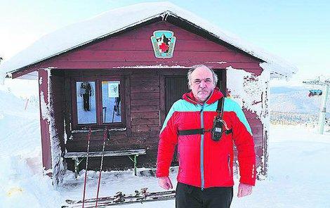 Pavel Jirsa před stanovištěm horské služby na Pláních.