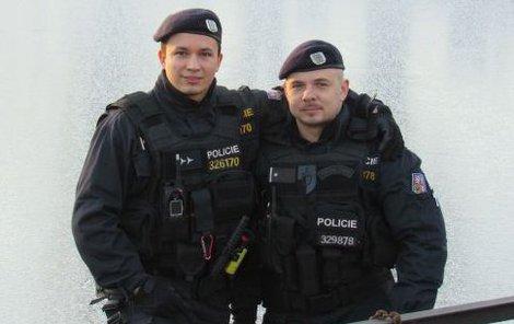 Když Nagy (vpravo) slaňoval k rybníku ze zdi (v pozadí), jistil ho kolega Janoušek.