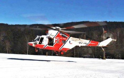 Vrtulník letecké záchranky ženu transportoval do nemocnice.
