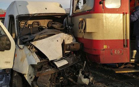 Srážka vlaku a dodávky vypadala hrozivě.