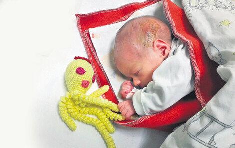 Holčička dostala do postýlky nečekaného kamaráda, žlutou háčkovanou chobotničku