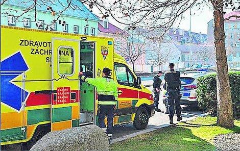Cizince odvezla sanitka do nemocnice.