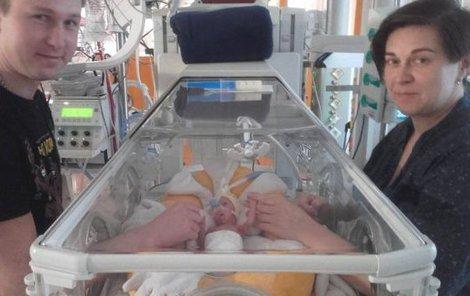 Michael nevážil ani kilogram. Proto strávil téměř tři měsíce v péči lékařů podolské porodnice. Rodiče ho pravidelně navštěvovali.