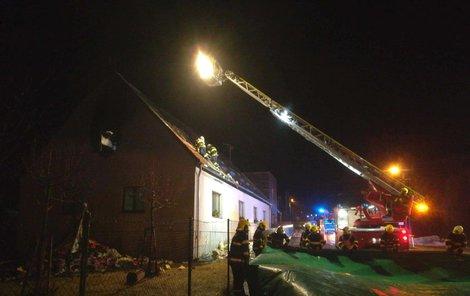 Oheň zachvátil podkroví a střechu, celý objekt byl silně zakouřen. Plameny likvidovalo sedm hasičských jednotek až do večerních hodin.