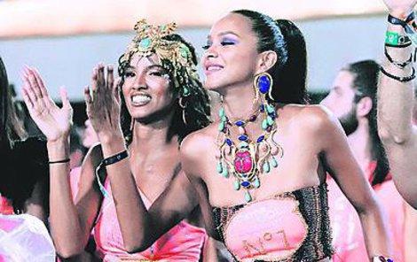 2019 S Lays Sylvaovou (vlevo) na karnevalu v rodné Brazílii.