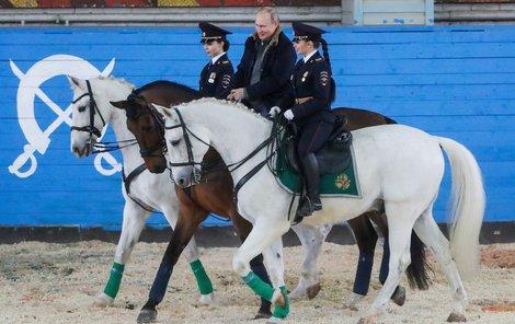 Ruský prezident Putin u příležitosti MDŽ navštívil prapor jízdní policie, po manéži se projel s krásnými strážnicemi, kůň ho ale trochu pozlobil.