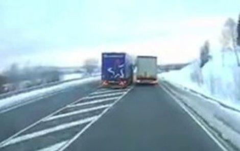 Řidič nesmysleně předjížděl...