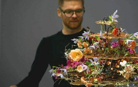 Přemysl Hytych při vazbě soutěžní květiny.
