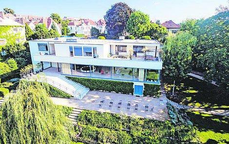 Vila je architektonický skvost. Měla vlastní vzduchotechniku, kuchyňský výtah, nosné ocelové piloty, na tehdejší dobu revoluční realizaci.