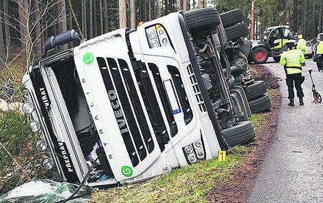 Kamion skončil v příkopu...