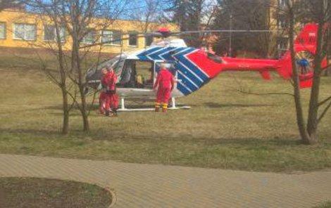 Záchranáři dítě transportovali do nemocnice vrtulníkem.