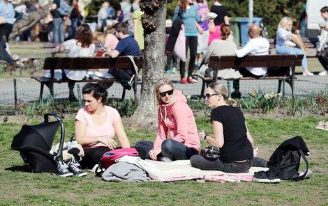 Slunečné počasí vylákalo Čechy ven.