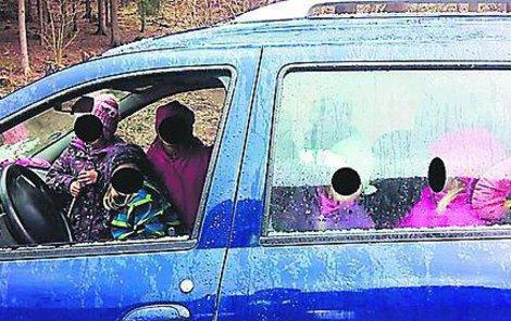 Řidička vezla v autě sedm dětí.