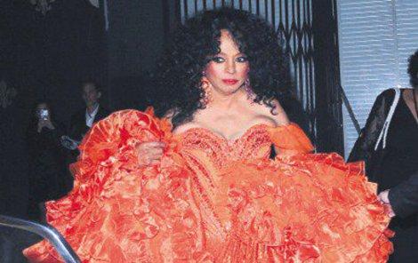 Oslavenkyně Diana Ross svou opulentní róbou naplnila celé auto.