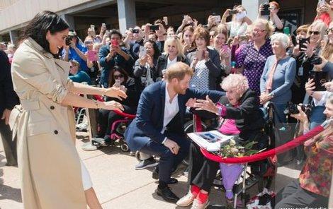Harry a Meghan s jejich fanynkou.