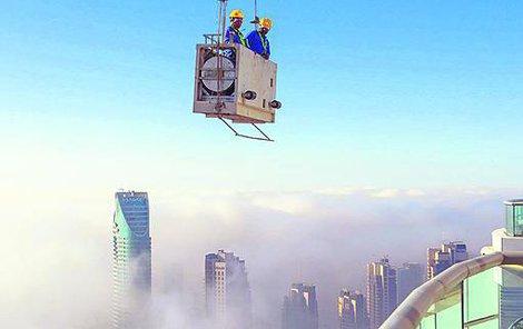 Jestli máte strach z výšek, na kariéru myče oken v Dubaji rovnou zapomeňte!